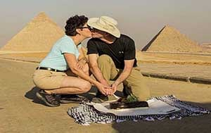 kiss by The Giza pyramids