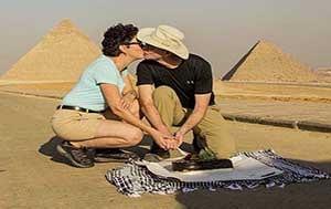 kiss by The Giza pyramids